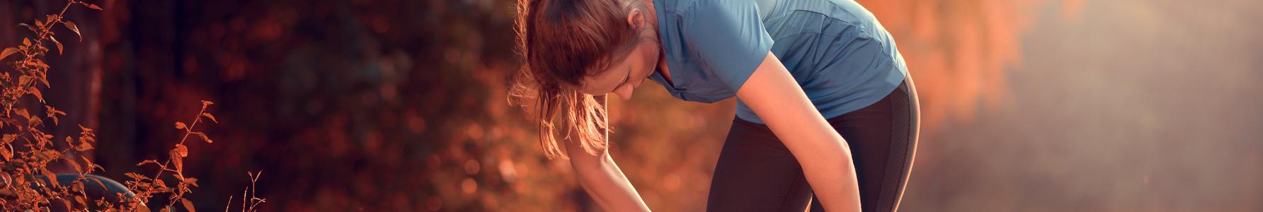 Przetrenowana kobieta podczas biegania