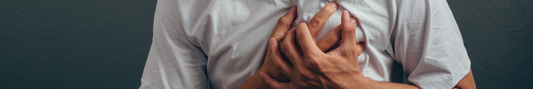 Młody mężczyzna z bólem klatki piersiowej.