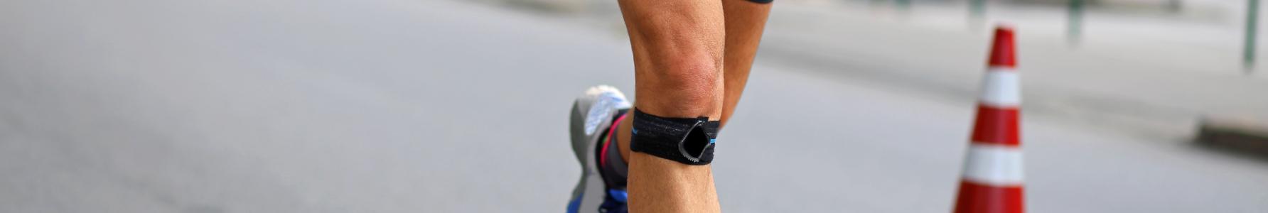 Biegacz z opaską na kolanie.